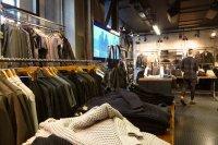 ubrania na sklepowych wieszakach