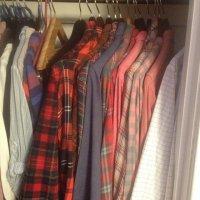 ubrania powieszone w garderobie